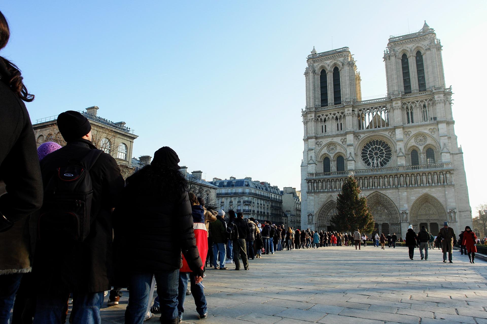 Pařížskou katedrálu Notre-Dame navštíví každý den až 30 tisíc lidí