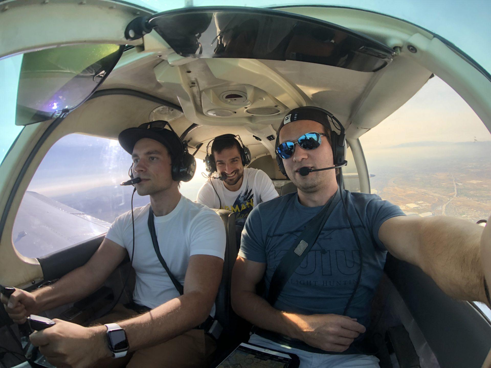Pavel Kacerle při letu společně s Jaroslavem Beckem (vlevo) a Ottou Fabri (vpravo).