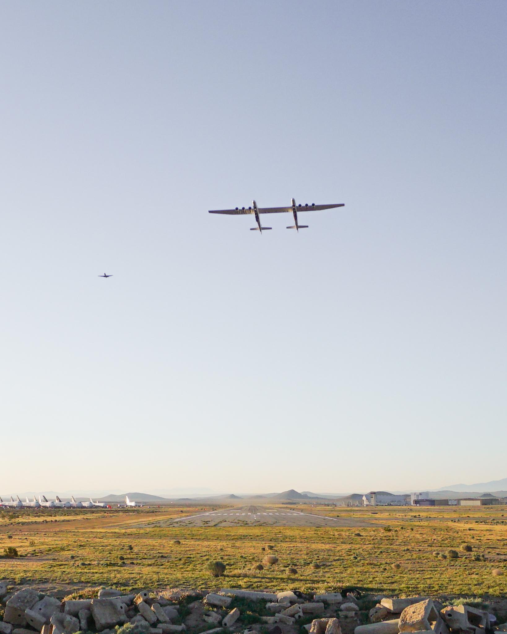 První let obřího letadla Stratolaunch