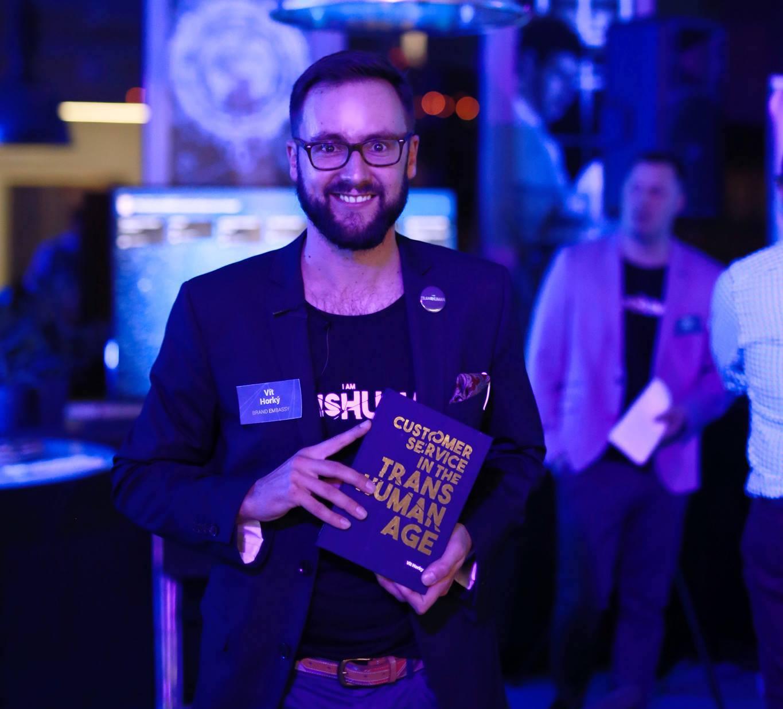 Vít Horký se svou knihou Customer Service in the Transhuman Age