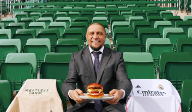 real-madrid-roberto-carlos-holding-meatless-farm-burger