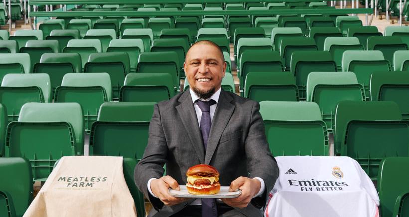 real-madrid-roberto-carlos-holding-meatless-farm-burger